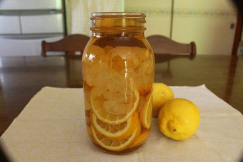 輪切りのレモンと氷砂糖と酢をいれます