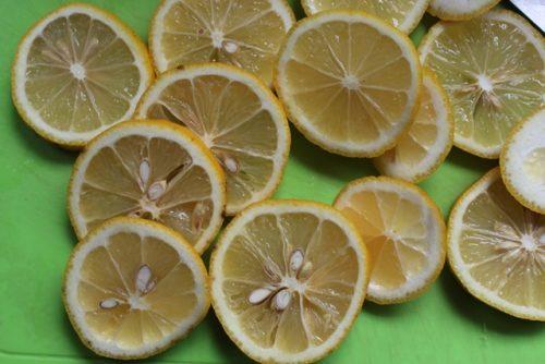 泉北レモンを輪切りにします